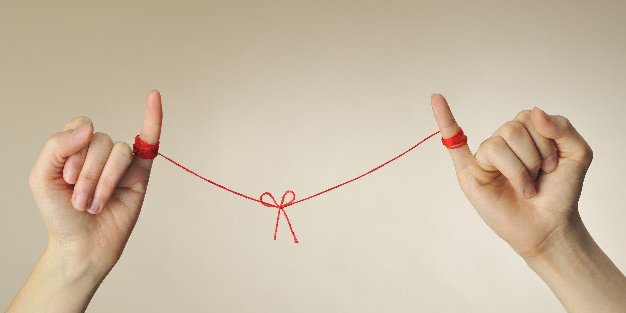 пальцы связаны красной нитью